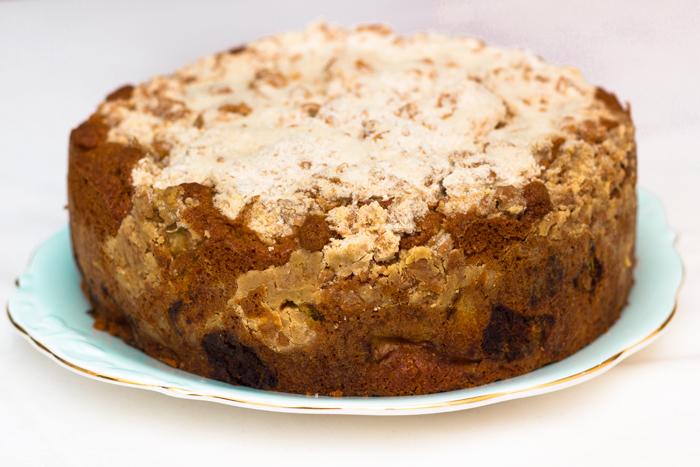 Rhubarb-crumble-cake-uncut-700