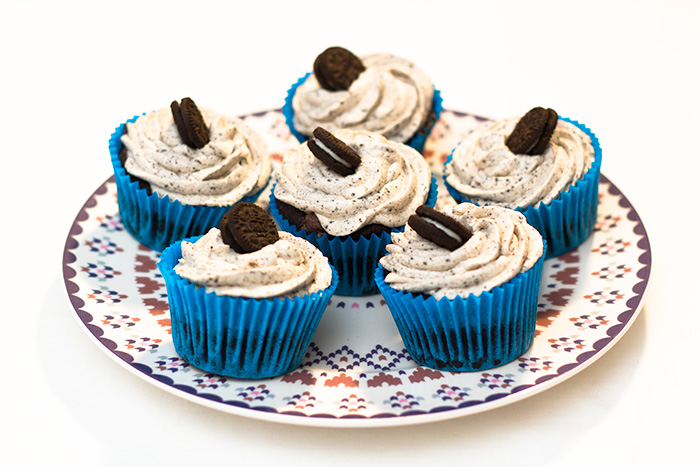 Vegan-oreo-cupcakes-on-plate-700