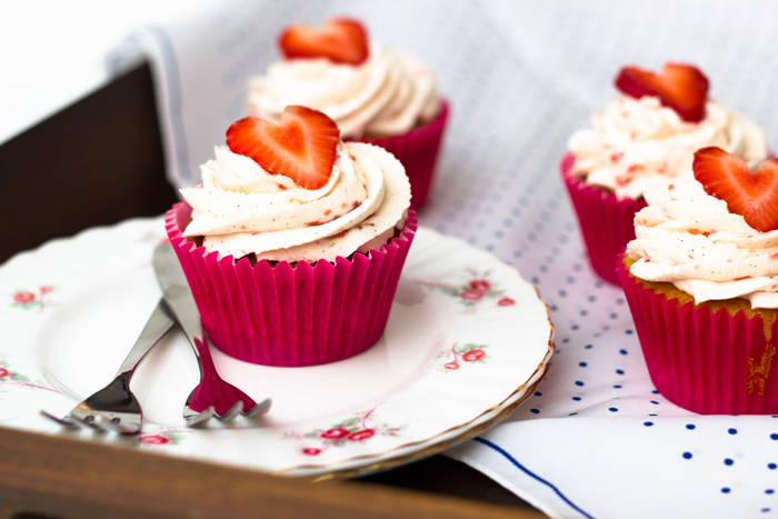 Strawberries-and-Cream-Cupcakes-on-tray-700